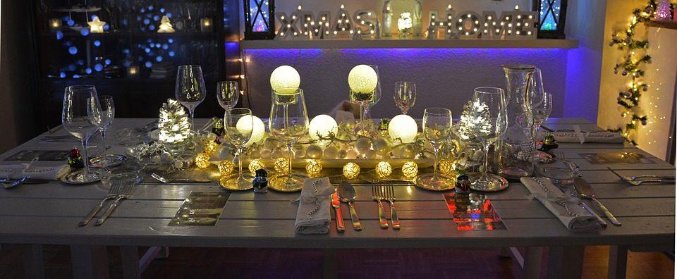 Mesa decorada para cena de Navidad