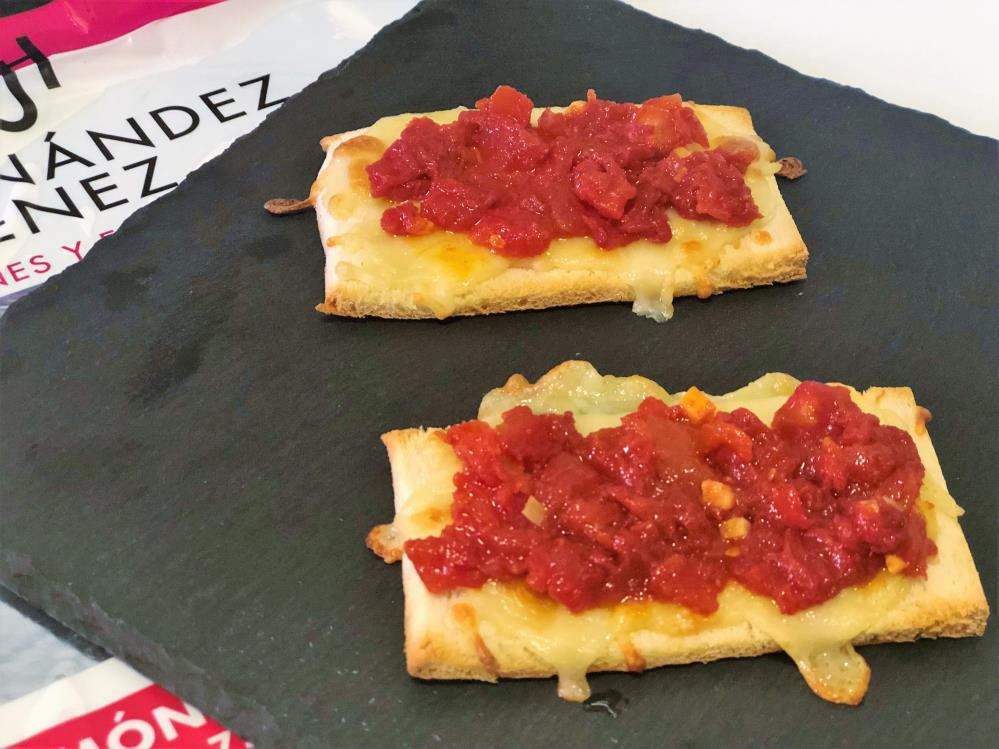 Pan tostado con queso y tomate